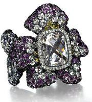 Anel Três Violetas  com diamante central, ametistas e diamantes amarelos e brancos, montados em ouro e prata.