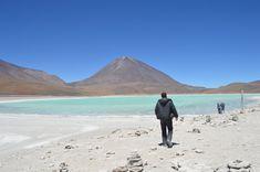 O tour de Salar de Uyuni passa por lagoas inacreditavelmente lindas - como a Laguna Verde Bolivia, Mount Rainier, Chile, Tours, America, Mountains, Travel, Sidewalk, Fiestas