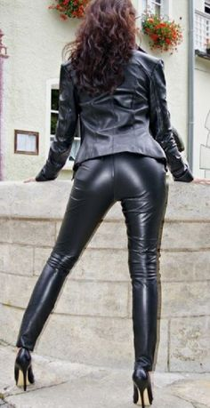 Displaying that black Leather Bum Black Leather Dresses, Leather Mini Skirts, Leather And Lace, Shiny Leggings, Leggings Are Not Pants, Crazy Outfits, Sexy Outfits, Chica Cool, Leder Outfits