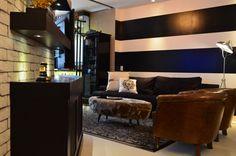 HELENAROCHAarquitetura - Sala de estar com parede pintada com listras. Estante curva, onde fica cristaleira e aparelhos da TV