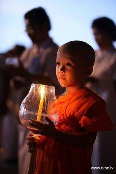 little monk in training Buddhist Monk, Buddhist Art, We Are The World, People Around The World, Little Buddha, Art Asiatique, Buddha Zen, Meditation Music, Beautiful Children