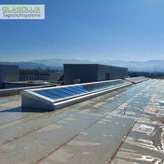 Auf dem Dach dieses Firmengebäudes sorgen nun zwei große GLASOLUX Pultdach Lichtbänder für viel Tageslicht im Inneren.
