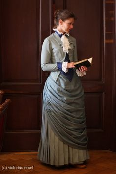 Late bustle 1880s day dress reproduction with inpressive overskirt/ apron. Victorias Enkel - Späte Tournüre Tageskleider
