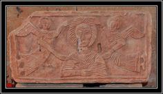 Iglesia de Quintanilla de las Viñas. Mambrillas de Lara, Burgos. Lápida con figura femenina acompañada por ángeles que podría ser la Virgen. -Tradición Visigoda.