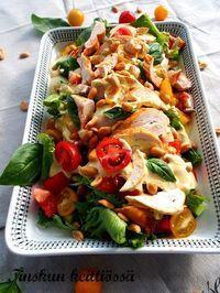 Tämä on erinomainen ja maistuva salaatti joka sopii hyvin esim. illanistujaisiin tai vaikkapa kesän juhlissa tarjottavaksi. Saitko ku... Meat Recipes, Salad Recipes, Chicken Recipes, Cooking Recipes, Healthy Recipes, I Love Food, Good Food, Cocktail Party Food, Salty Foods