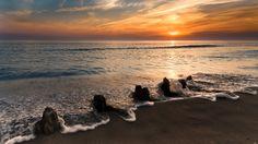 1920x1080 Обои море, берег, волна, пена, камни, закат, оранжевый, штиль, пейзаж, романтика