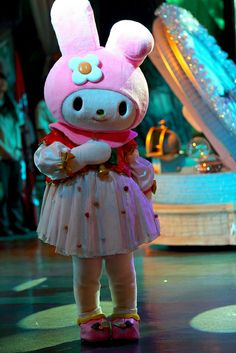 A simplified body that keeps the focus on the head of this My Melody mascot.