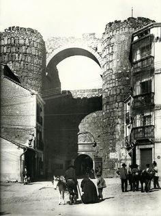 Arco del Alcázar de Ávila hacia 1885. Foto de Casiano Alguacil . Se pueden apreciar los edificios que se encontraban adosados a la muralla.