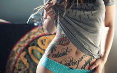 Chi non ha un tatuaggio? E chi non ci ha pensato almeno una volta nella propria vita? Alcuni pensano sia troppo doloroso, altri temono gli aghi e altri ancora, semplicemente, amano avere colori e disegni indelebilmente incisi sulla propria pelle.