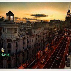 Cuando el cielo de #Madrid se quema y lo tienen que volver a dibujar 💛🇪🇸💃🏽#granviamadrid #españa #igersespaña #bestoftheday #picoftheday #pornsky #liveyourlife #instadaily #instagood #instagay #instalike #instagram #instafollow #l4l #tagsforlikes
