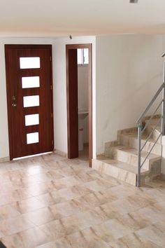 Proceso constructivo de una #casa: Esta foto nos muestra unos acabados de la entrada, se observa la cerámica del piso, el pasamanos, acabado de madera y de pintura. ¿Cuéntanos que te parece la foto?