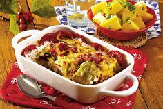 Varza la cuptor: 1-2 bucati varză murată;  3 linguri ulei de măsline;   sare;   piper boabe şi măcinat;  500 g piept de porc afumat;  300 ml suc de roşii;  1 legatura pătrunjel;  1 lingura boia dulce;  1 ardei roşu sau un gogoşar; Seitan, Tzatziki, Frappe, Meat Recipes, Nutella, Macaroni And Cheese, Zucchini, Ethnic Recipes, Pork
