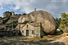 Fica em Vieira do Minho, norte de Portugal e tem tudo para ser a igreja mais estranha e peculiar de Portugal. Descubra o Santuário de Nossa Senhora da Lapa.