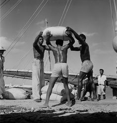 estivadores descarregando barco no portinho. Maranhão. foto- Pierre Verger