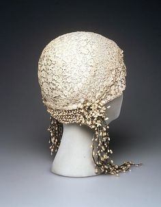 1932 French Wedding Cloche At the Brooklyn Museum Costume Collection at The Metropolitan Museum of Art. Look Vintage, Vintage Beauty, French Vintage, Historical Costume, Historical Clothing, Historical Dress, Look Gatsby, Vintage Accessories, Tiaras