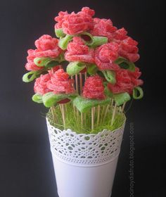 Rosas de regaliz que están ¡para comérselas! Dessert Kabobs, Candy Kabobs, Birthday Treats, Birthday Parties, Bar A Bonbon, Sweet Trees, Candy Cakes, Chocolate Bouquet, Candy Bouquet