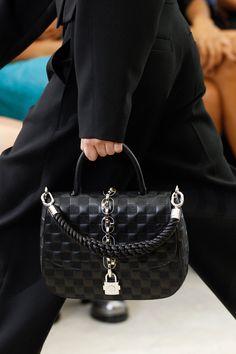 Louis Vuitton - Spring 2017 Ready-to-Wear デザイナーハンドバッグ e327c733501b3