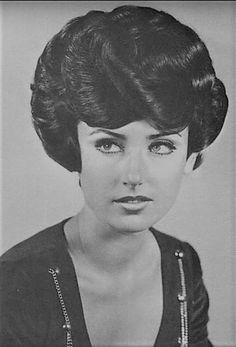 Permed Hairstyles, Retro Hairstyles, Hairdos, 1960s Hair, Mature Women Fashion, Vintage Housewife, Beehive Hair, Sheila, Curl Curl
