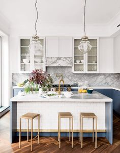 Is your kitchen feeling a little uninspiring? You may be making these kitchen decorating mistakes. But luckily, they are easy to fix. Modern Kitchen Island, Kitchen Island Lighting, Stylish Kitchen, Modern Kitchens, Kitchen Islands, Kitchen Contemporary, Country Kitchens, Transitional Kitchen, Contemporary Decor