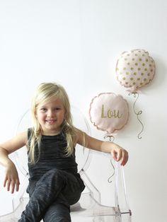 Duo de coussins ballons en lin et son kit stickers, personnalisable. : Décorations murales par cassis-et-petit-houx