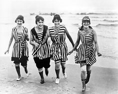 In a salute to August, the height of summer, I've been gathering vintage photos of bathing beauties and beachwear fashion. Vintage Bathing Suits, Vintage Swimsuits, Vintage Outfits, Vintage Fashion, Outfit Strand, Bathing Costumes, Moda Casual, Vintage Mode, The Bikini