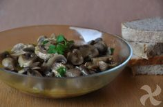 Facilísimos. Solo con aceite, ajo y perejil podemos cocinar en Thermomix unos champiñones deliciosos. Los tendremos listos en menos de 20 minutos.