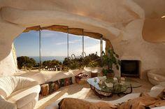 The Flintstones House   L'ancienne star de TV américaine Dick Clark vend sa maison à Malibu. Pour 3,5 millions de dollards, cette célébrité ouvre les portes de sa demeure qui s'inspire de la maison de The Flinstones, le dessin animé culte. Mélangeant luxe et Préhistoire, le résultat est dans la suite.