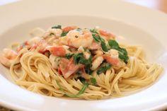 Pasta mit Chili-Garnelen, Nudeln mit Garnelen, Knoblauch, Chili, Tomaten, Frischkäse, Rucola. Das Rezept ist figurfreundlich und zum Abnehmen geeignet. Und hier ist das Rezept http://wolkenfeeskuechenwerkstatt.blogspot.de/2013/02/pasta-mit-chili-garnelen.html