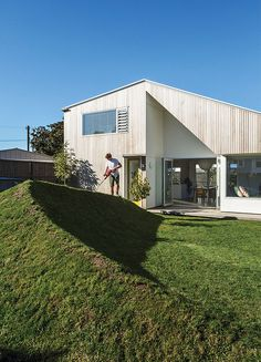 In Auckland, New Zealand, an architect cleverly uses roof supports and surplus soil to define space, both inside and out. Space Architecture, Residential Architecture, Contemporary Architecture, Amazing Architecture, Cedar Cladding, Cedar Siding, New Zealand Houses, Grey Exterior, Shed Homes