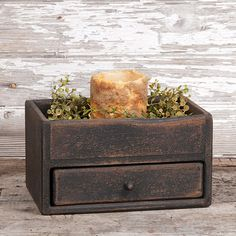A terrific little treasure box that will easily hold keys or mail inside the front door. It would also be good to use as a dresser valet for keeping things orderly on the nightstand or dresser in the bedroom. Created from pine wood. Decor Crafts, Home Crafts, Arts And Crafts, Home Decor, Primitive Crafts, Country Primitive, Primitive Bedroom, Wood Patterns, Treasure Boxes