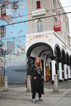 Outfit: Tuxedo pants & vintage shirt in Venice. Desi is wearing tuxedo pants from Zara, shirt bei Zoe Karlsson, Vans Old Skool Sneakers, Chloé Faye bag, Acne Studios cardigan