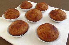 Our banana muffins recipe is very easy to prepare, with the pleasant aroma of banana that your kids will enjoy. Delicious Cake Recipes, Dessert Recipes, Yummy Food, Desserts, Muffin Recipes, Bread Recipes, Portuguese Recipes, Portuguese Food, Berry Muffins