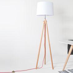 Lampe à poser trépied en bois naturel et abat jour blanc York. On aime son piètement tripod inspiré du design scandinave. Parfaite alliance entre le bois blond et le cable rouge. Existe en 2 tailles