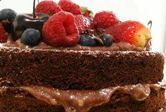 Naked Cake Brigadeiro - esse delicioso bolo de chocolate com recheio de brigadeiro e cobertura de frutas vermelhas, é uma deliciosa opção para festas.