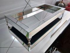 Bandeja Espelho Liso Prata com pés de metal 20,5 x 40,5 cm, para deixar o seu ambiente ainda mais moderno e lindo.    Produto novo com ótimo preço e acabamento.    Mais fotos no Face Bandearte.    TIM (48) 9865-2359 (Whats)