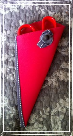 Funda para tijeras hecha de goma eva Pin Cushions, Craft Fairs, Holiday Crafts, Room Art, Sewing, Scissors, Decor, Embroidered Bag, Fabric Purses
