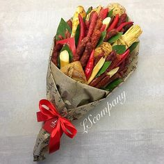 Food Bouquet, Man Bouquet, Food Gifts, Diy Gifts, Vegetable Bouquet, Edible Bouquets, How To Wrap Flowers, Diy Centerpieces, Cute Food