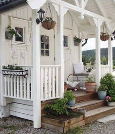 Shabby garden cottage Even though historical with concept, the particular pergola have been having Style Cottage, Cottage Porch, Cute Cottage, Garden Cottage, Cottage Homes, Cottage Design, Porche Chalet, Home And Garden Store, Small Cottages
