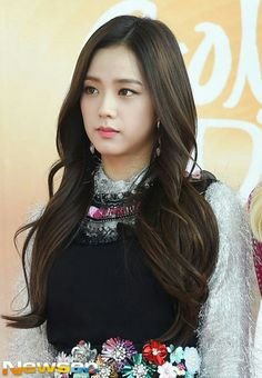 Your source of news on YG's current biggest girl group, BLACKPINK! Blackpink Jisoo, Kpop Girl Groups, Korean Girl Groups, Kpop Girls, Haircuts With Bangs, New Haircuts, Yg Entertainment, Ga In, Golden Disk Awards