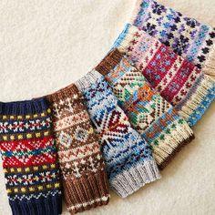 重なる色と編み込み模様 フェアアイルの棒針アームウォーマーの会|フェリシモ Mittens Pattern, Knit Mittens, Knitted Gloves, Knitting Socks, Hand Knitting, Fair Isle Knitting Patterns, Knitting Charts, Knitting Stitches, Fair Isle Pattern