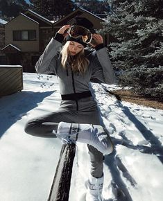 Moon Boot: the new statement! Winter Boots Outfits, Stylish Winter Outfits, Winter Wear, Autumn Winter Fashion, Apres Ski Outfits, Ski Jumpsuit, Ski Bunnies, Snow Outfit, Moon Boots