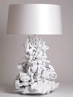 Stehlampe aus weiß lackierten Spielsachen.