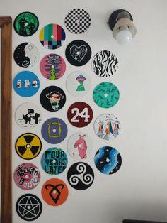 Los CDs que pinte , algunos de series o pelis ♥ Record Wall Art, Cd Wall Art, Cd Art, Small Canvas Art, Mini Canvas Art, Diy Canvas, Indie Room Decor, Cute Bedroom Decor, Cd Crafts