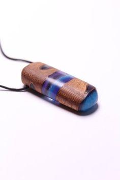 Dieser Harz Holz Anhänger aus einer echten Banksia Nuss ist das perfekte Geschenk für sich selbst oder Ihre lieben. Er ist ein wahrer Eyecatcher und repräsentiert die Schönheit unserer Natur. Handmade Beaded Jewelry, Wooden Jewelry, Resin Jewelry, Jewellery, Hippie Style, Wood Resin, Resin Necklace, Resin Pendant, Leather Keychain