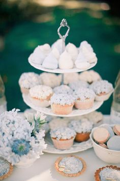 Cupcakes and Macarons in Pantone Colors of the Year 2016 Rose Quartz and Serenity Blue Wedding Cupcakes, White Cupcakes, Winter Wedding Colors, Spring Wedding, Purple Wedding, Gold Wedding, Rustic Wedding, Blue White Weddings, Ideas