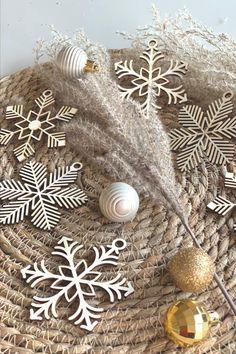 Decorate the Christmas tree with these beautiful wooden baubles! #feestdagen #kerst #cadeau #kerstcadeau #kerstmis #feest #gift #christmas Versier de kerstboom met deze prachtige kerstballen van hout! Leuk om te geven en nóg leuker om te krijgen!