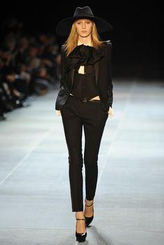 Slimane no se olvidó del esmoquin de YSL que convirtió en trajes con pantalones skinny (su sello de estilo) con aires masculinos de lo más refinados.