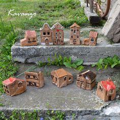 Vesnička Domečky z keramiky, ideální na ozdobení skalky, okenní parapet či k dalšíí dekoraci. 10 ks, napište, který se Vám líbí :-) Výška zhruba 6 cm Cena za kus.