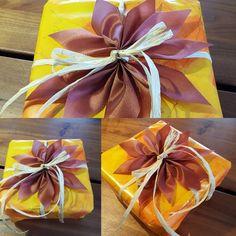Eine schöne Schleifenblüte ist ganz einfach gemacht. (https://youtu.be/B2nC-AJByVg). Papier und farblich passendes Band. Sieht sehr schön aus.