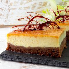 """Încercați prăjitura specială """"Chocoflan""""de care vă veți îndrăgosti imediat, cu o structură interesantă și cu o gamă variată de culori, veți fi încântaţi de alegerea făcută. Este o rețetă cu ingrediente foarte simple și ușor Romanian Desserts, No Cook Desserts, Flan, Tiramisu, Caramel, Cheesecake, Crafts, Pudding, Cheesecake Cake"""